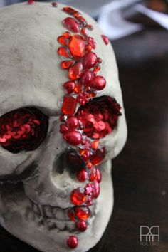jewelled skull with only a hot glue gun. Diy Halloween, Theme Halloween, Homemade Halloween Decorations, Adornos Halloween, Manualidades Halloween, Halloween Home Decor, Halloween Skull, Holidays Halloween, Happy Halloween