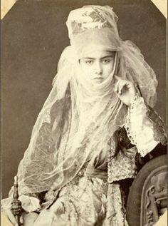 Osmanlı Akkoyunlu Türkmen kızı y. 1885 İstanbul, Pera © collection Pierre de Gigord