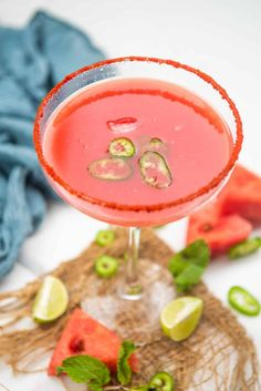 Sipping on this sweet and spicy watermelon margarita is the best way to spend your summer weekends! 6 ingredients and 5 minutes are all you need to bring it together. Watermelon Margarita, Cut Watermelon, How To Choose Watermelon, Strawberry Blueberry Smoothie, Margarita Recipes, Sweet Tarts, Fresh Lime, Party Drinks