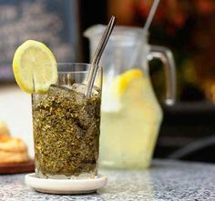 The amount of yerba mate consumption in Argentina is on the rise due to the increasing popularity of terere. So what is tereré? Cocktail Drinks, Cold Drinks, Cocktails, Yerba Mate Tea, Types Of Tea, Glass Of Milk, Herbalism, Benefit, Vegetarian