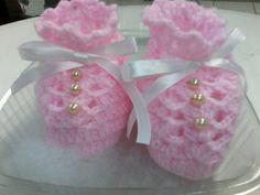 Sapatinho de lã em crochê - aplique em pérola, botão smille e lacinhos. R$ 15,00