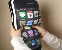 El amante de Apple debe estar enamorado de su iPhone, por lo que también le gustaría soñar con él. Con esta almohada con forma de iPhone quizás tenga chances de lograrlo.