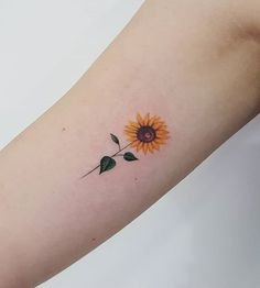 Girassol sunflower tattoo simple, small sunflower, sunflower tattoo d Sunflower Tattoo Simple, Sunflower Tattoo Shoulder, Small Sunflower, Sunflower Tattoos, Sunflower Tattoo Design, Flower Tattoos On Shoulder, Mini Tattoos, Trendy Tattoos, New Tattoos