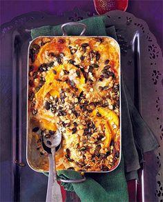 Vegetarisch gut: Unter der knusprigen Kruste aus Mozzarella, Kürbiskernen und Brotwürfeln verstecken sich Lasagneplatten, Kürbisscheiben und würzige Quarksoße. Zum Rezept: Kürbis-Lasagne mit Knusperkruste