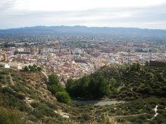 Vista de la ciudad de Lorca desde la Fortaleza del Sol  Lorca es conocida por su Castillo, su arquitectura barroca y sus procesiones de Semana Santa, declaradas fiesta de interés turístico internacional.