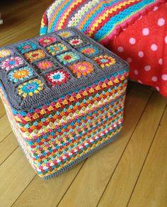Colors by CocoZi Crochet Pouf, Crochet Cushions, Crochet Art, Crochet Crafts, Crochet Projects, Granny Square Crochet Pattern, Crochet Granny, Crochet Stitches, Crochet Patterns