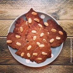 Speculaasbrokken met amandelen  75 gram boekweitmeel 75 gram amandelmeel 60 gram kokosbloesemsuiker 1 ei 3 eetl. kokosolie (vloeibaar) 2 eet...