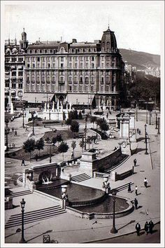 Plaça Catalunya con el Hotel Colon al fondo. Años '30 del siglo XX