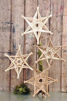 Discover thousands of images about Hexagon-stjerner af rattansjener fra tempa. Christmas Ornaments To Make, Christmas Crafts, Christmas Decorations, Holiday Decor, Christmas Stars, Paper Weaving, Weaving Art, Basket Weaving Patterns, Corn Dolly