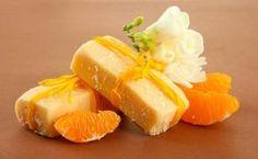 Cómo hacer jabón de naranja. ¿Te encanta el aroma cítrico y refrescante de la naranja? En este artículo de unComo te mostramos cómo elaborar un jabón de naranja natural para que puedas disfrutar de esa fragancia tan agradable y p... Home Made Soap, Soap Making, Diy Gifts, Orange, Beauty Soap, Make Design, Natural Cosmetics, Soap Recipes, Handmade Soaps