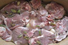 La marinatura è una tecnica di cucina tradizionale per preparare la carne, il pesce, e talvolta anche le verdure; consiste nell'immergere della carne cruda in un liquido, e nello specifico nel vino bianco, nell'aceto, ma anche nel succo di limone miscelato con erbe e spezie diverse. Il risultato che si otterrà  sarà una carne molto morbida, facile da cucinare e maggiormente digeribile. La presente guida mira a spiegare come marinare l'agnello.