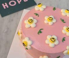 Pretty Birthday Cakes, Pretty Cakes, Happy Birthday, Cake Birthday, Mini Cakes, Cupcake Cakes, Simple Cake Designs, Pastel Cakes, Frog Cakes