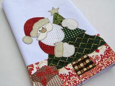 Pano de copa Papai Noel Espião Christmas Towels, Christmas Wood Crafts, Christmas Art, Handmade Christmas, Holiday Crafts, Christmas Stockings, Christmas Decorations, Applique Designs, Machine Embroidery Designs