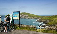 Randonnée à vélo à Slea Head dans le péninsule de Dingle - Failte Ireland Circuit Voyage, Irish Quotes, Parc National, Landline Phone, Celtic, Ireland, Mountains, Nature, Proposition