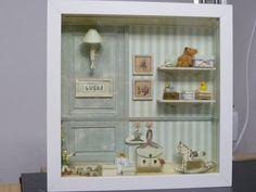 Escena realizada en un cuadrito de 24x24x3 cm, dedicada a un recién nacido Vitrine Miniature, Miniature Rooms, Miniature Crafts, Miniature Furniture, Box Frame Art, Box Frames, Baby Crafts, Diy And Crafts, Photo Frame Crafts