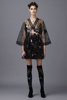 Valentino Pre-Fall 2016 Fashion Show Trendy, Edgy. Chic – black Short Dress with Long Sheer Sleeve – Valentino Pre-Fall 2016 Fashion Show - Agenda De La Défilé Style Haute Couture, Couture Fashion, Runway Fashion, Paris Fashion, High Fashion, Fashion Show, Womens Fashion, Fashion Design, Fashion Weeks