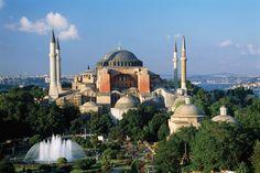 #Aya Sofia Museum - #Istanbul De Aya Sofia / Hagia Sophia is een van de drukst bezochte en meest belangrijke musea voor kunst, geschiedenis en architectuur wereldwijd. De Hagia Sophia diende als basis voor alle moskeeën die na de verovering van Constantinopel (1451) werden gebouwd in het Ottomaanse Rijk. Het museum was eeuwenlang de grootste kathedraal ter wereld. Na de verovering van Constantinopel werd de kathedraal een moskee en kreeg de naam Aya Sofia. #Cultuur #Turkije