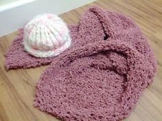 Gorro de Criança: Lã branca com detalhes rosa e cinza.  Bufanda: rosa, fechada, no tamanho de 80cm de circunferência e 1,10m de comprimento.