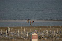 Sabbia, ombrelloni e mare calmo