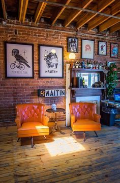 Reception area - Canada Under My Thumb's Homey Tattoo Studio Creative Workspace Tour Apartment Therapy Tattoo Shop Decor, Bar Deco, Tattoo Studio Interior, Deco Restaurant, Cute Apartment, Red Brick Walls, Home Studio, Studio Studio, Brick Studio