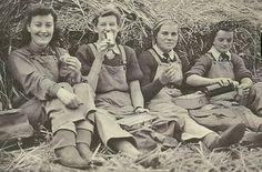 ThanksFour Land Girls on a lunch break. The women were were billeted at the Land Army Hostel in Wye. Photos Du, Old Photos, Ww2 Women, Women's Land Army, Land Girls, Army Girls, 1940s Fashion, Vintage Fashion, Working Woman