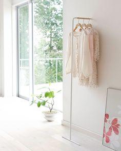 『スリムコートハンガー』    壁に立てかけるだけで設置できるお手軽さが魅力。スリムで場所をとらないので、ワンルームマンションにもおすすめです。