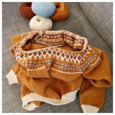 er ei driftig dame😊 Her strikker hun i lekker safrangul fra Enda Mer Norwegian Knitting, Fashion, Moda, Fasion, Fashion Illustrations, Fashion Models