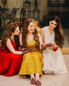 Bookmark this bridesmaid pose for your D day Bridesmaid Poses, Bridesmaid Outfit, Brides And Bridesmaids, Bridal Dresses, Flower Girl Dresses, Indian Wedding Photos, Sister Photos, Bride Sister, Haldi Ceremony