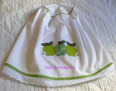 Capa para Botijão em tecido oxford branco, com aplicação em tecido 100% algodão, contorno em viés e barrado em bordado inglês. Fazemos da cor e aplicação que o cliente escolher. R$16,00