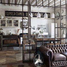 Las lámparas colgantes llevan un toque vintage este interior de espacio abierto.
