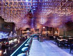 Le studio Bluarch, basé à New-York, a réalisé une spectaculaire installation plafonnière pour le restaurant Innuendo.