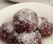 Recipe Organic Raw Cacao Bliss Balls by learn to make this recipe easily in your kitchen machine and discover other Thermomix recipes in Desserts & sweets. Coconut Recipes, Sweets Recipes, Dairy Free Recipes, Raw Food Recipes, Snack Recipes, Xmas Food, Christmas Baking, Thermomix Desserts, Paleo Treats