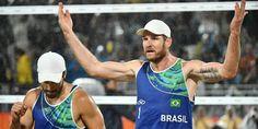 Os brasileiros Bruno Schmidt e Alison vencem os italianos e ficam com ouro no vôlei de praia em partida memorável.