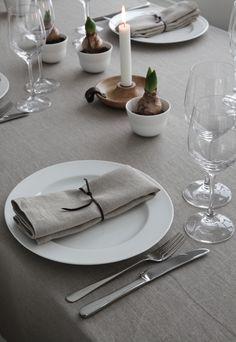 Inviter familie og venner, vær sammen og nyt førjulstiden. Her finner du inspirasjonen til bordet, enkelt og nedtonet med fokus på naturmaterialer.