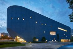 """The library and theatre building is nicknamed """"the blue whale"""". Shanghai, Open Architecture, Chinese Architecture, Cultural Architecture, Kengo Kuma, Luz Natural, Delft, Outdoor Learning Spaces, Theater"""