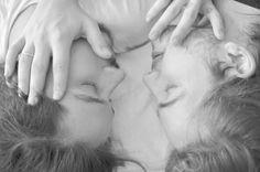 """O projeto """"Um olhar de Marte"""", produzido pela fotógrafa e jornalista Patrícia Cholakov, traz uma visão diferenciada sobre o relacionamento homossexual. O ensaio produzido com um casal do sexo masculino tem nuances de pureza e sinceridade, a fim de retratar a realidade dos relacionamentos quando eles transbordam, longe dos olhares que julgam. A série, toda...<br /><a class=""""more-link""""…"""
