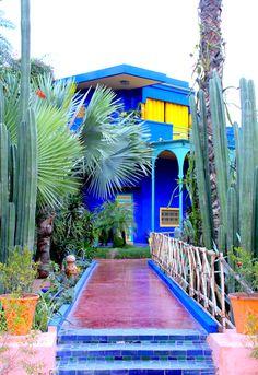 Le Jardin Majorelle à Marrakech est l'un des endroits les plus visités du Maroc. Il a fallu quarante ans au peintre français Jacques Majorelle pour créer, avec passion, ce lieu enchanteur, aujourd'hui au cœur de la ville rouge.  Pour en savoir plus : http://www.jardinmajorelle.com/