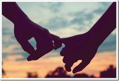 O amor não é feito de palavrinhas idiotas, o amor é feito de grandes gestos, como aviões levando faixas sobre estádios,  propostas em telões, ou palavras gigantes escritas no céu.  O amor é ir mais além mesmo que doa, deixando tudo pra trás.  O amor é encontrar uma coragem dentro de si que nem se sabia que existia.