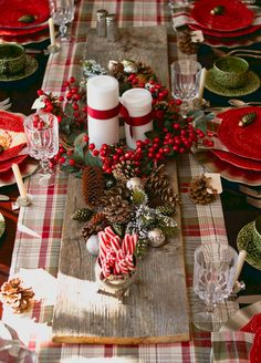 Christmas table traditional setting green and red Christmas Wreaths, Christmas Tree, Tree Skirts, Table Decorations, Holiday Decor, Ideas, Home Decor, Christmas Table Centerpieces, Christmas Tabletop