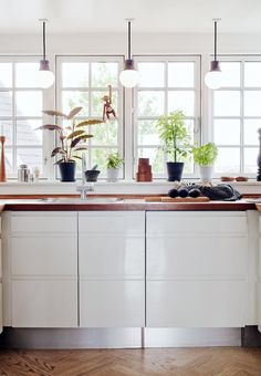 Bright and modern kitchen featuring pendants from &tradition. Modern Cabinets, Mixing Prints, Kitchen Lighting, Countertops, Kitchen Island, Kitchen Design, Traditional, Istanbul, Table
