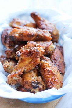 Baked Apple Butter Brown Sugar Wings - These wings are sweetened with apple butter and finished with Sriracha for a spicy kick! Perfect for game day! Not sure we can get apple butter in nz, but could find something equivalent Frango Chicken, Appetizer Recipes, Appetizers, Party Recipes, Def Not, Chicken Wing Recipes, Football Food, Baked Apples, Mets