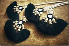 India-inspirit - black fluffy tassels