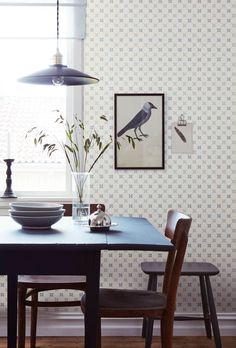 This trellis print, inspired by the beautiful tiles of the eighteenth century and their perfect balance of geometry and florals, is a classic – as timelessly loved as our own Astrid Lindgren. An elegant pattern for every wall in the home! Dining Corner, Dining Nook, Nest Design, Morris, Painted Chairs, Breakfast Nook, Country Breakfast, Wall Wallpaper, Farmhouse Table