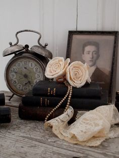 Vignette with Vintage Clock Photos Amoureux, Vintage Photos, Vintage Items, Vintage Photographs, Top Photos, Photo Deco, Fresh Farmhouse, Farmhouse Style, Old Clocks
