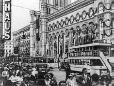 Staatspropaganda: Deutschland als weltoffenes und friedliches Land. Hier präsentiert sich das Berliner Rathaus mit Hakenkreuzfahne. Berlin, 1936. o.p.