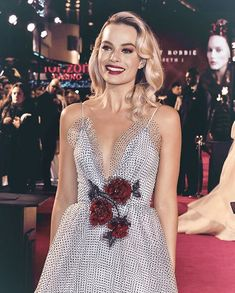 All The Times Margot Robbie Has Aced It On The Red Carpet – Celebrities Female Margot Robbie Style, Margot Elise Robbie, Margo Robbie, Actress Margot Robbie, Margot Robbie Harley Quinn, Gotham, Cute Prom Dresses, Embellished Gown, Actrices Hollywood