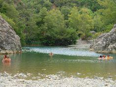 Bagno in fiume meglio che al mare: il Masso delle Fanciulle - www.girosognando.it/masso