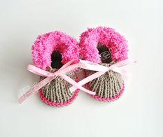 Chaussons tricotés, chaussons de bébé tricotés (marron/rose) est une création orginale de feetricoteuse sur DaWanda