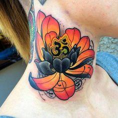 blumen tattoos, nacken tätowieren, frau mit farbiger tätowierung