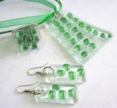 Conjunto de Bijuteria de Vidro incolor/ verde 1 pingente - cordao encerado c/ fita de organza verde - 45 cm c/ extensor 1 anel base metal n 24 1 par de brincos  MAIS BIJUTERIAS DE VIDRO: http://www.elo7.com.br/glassbijoux/ . . . R$42,00